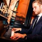 Foyer : gast speelt piano
