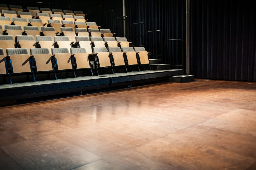 Kleine Zaal theateropstelling met tribune
