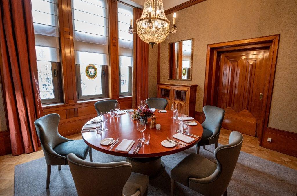 Amsterdam Reportage eerste diner na corona crisis en ontvangt de Club een geschenk van een lid.TAV:Richard Francke foto's Richard Mouw
